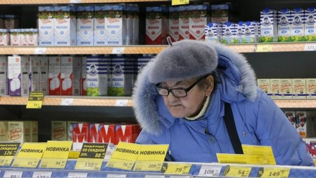 Bloomberg: Россияне экономят на еде и лекарствах, но верят в Путина