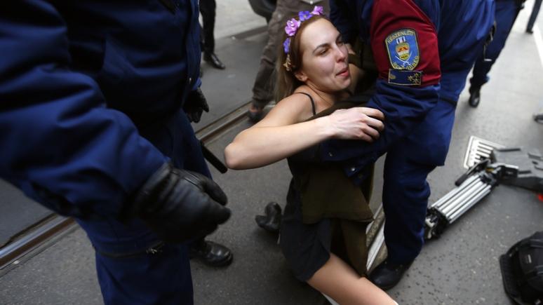 Le Monde: участница FEMEN заплатит за сломанного Путина