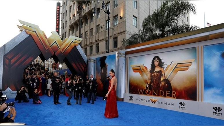 EW: ведущим Fox не понравилась «непатриотичная» Чудо-женщина