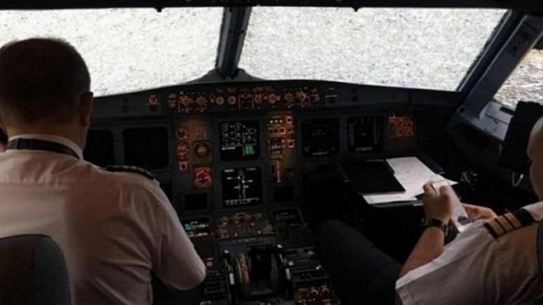 Корреспондент: украинского лётчика-героя зовут в Россию