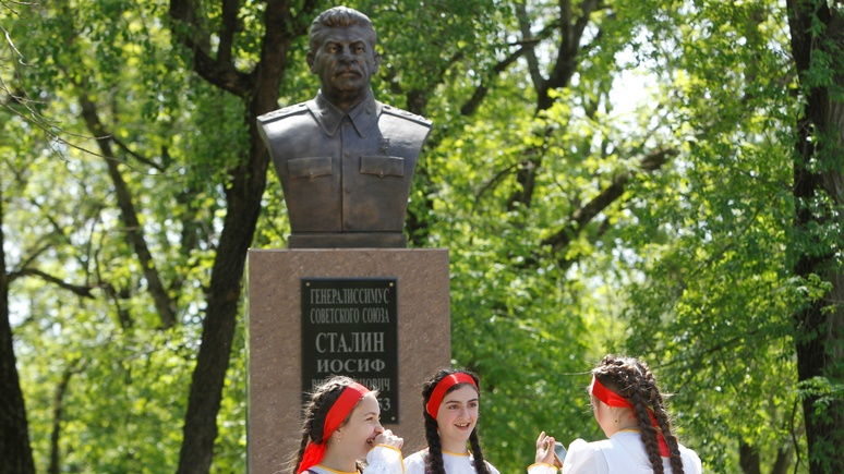 NZZ: Сталина в России вернули из забвения с подачи Кремля