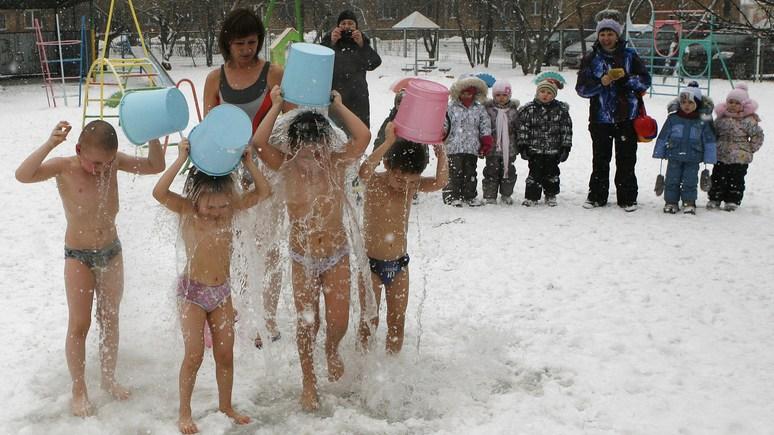 Heute: русские мамы обливаются с детьми на морозе — и даже не вздрагивают