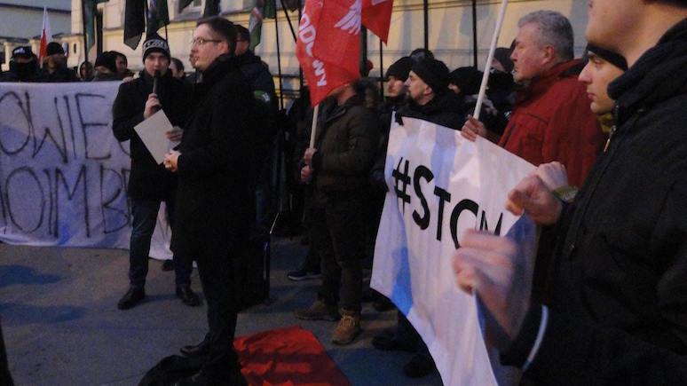 RMF24: у посольства Украины в Варшаве сожгли портреты «вырожденцев» — Бандеры и Шухевича