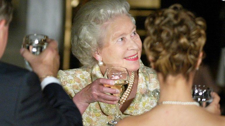 Sun: в России намекнули, что Её Величество и Тереза Мэй слишком налегают на спиртное