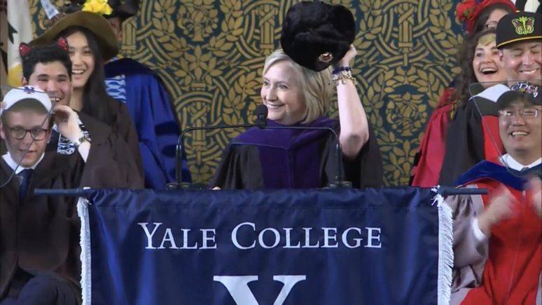 Hill: Клинтон намекнула шапкой-ушанкой на «связь Трампа с русскими»