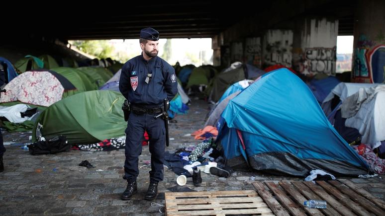 BFM TV: большинство французов нашли миграционную политику Парижа «попустительской»