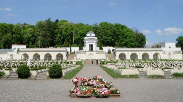 СТРАНА.ua: поляка во Львове оштрафовали за вандализм на кладбище