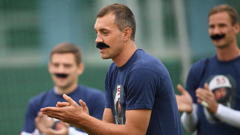 Daily Mail: футболисты сборной России поздравили Черчесова с 55-летием, надев накладные усы