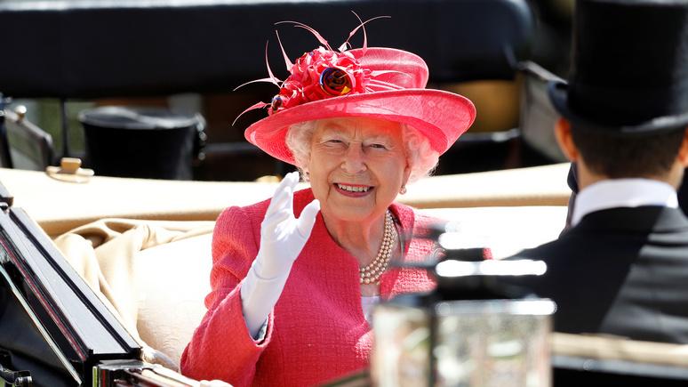 Daily Mirror рассказала об «искусственной руке» Елизаветы II