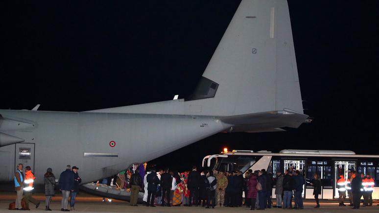 Daily Express: Италия пригрозила закрыть аэропорты для беженцев из Германии