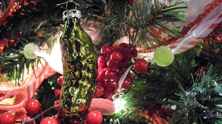 News.de рассказал, где ёлку украшают солёными огурцами