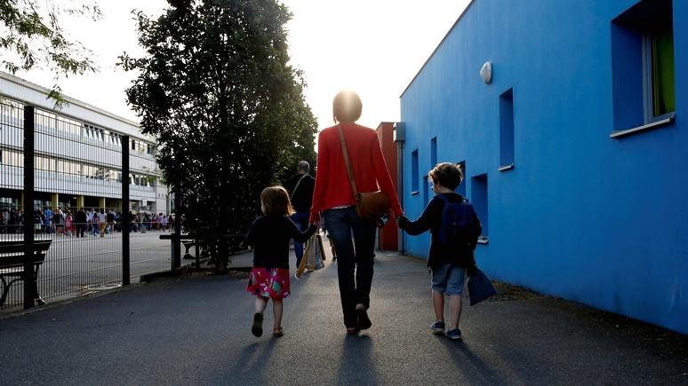 Ouest-France: «отец и мать» или «родители 1 и 2» — министр образования Франции признал замену понятий неидеальной