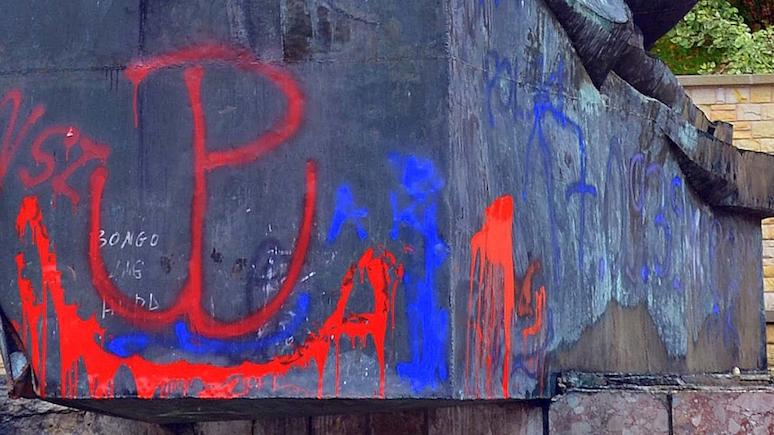 Wyborcza: польские власти не спешат возвращать серп и молот на осквернённый памятник