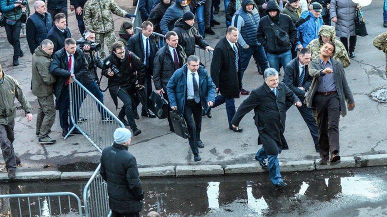«Тiкай з городу»: в интернете обсуждают бегство Порошенко с собственного митинга