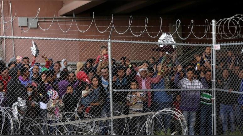 Fox: Трамп связал наплыв мигрантов в США с «сильной экономикой» и «слабыми законами»