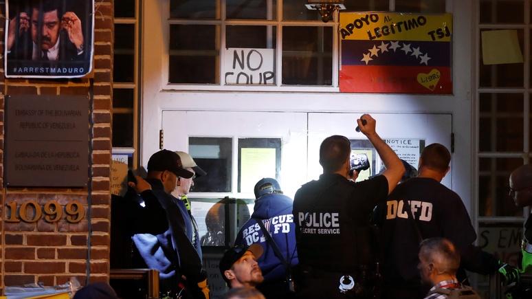 WP: полиция не смогла выгнать сторонников Мадуро из посольства Венесуэлы в США