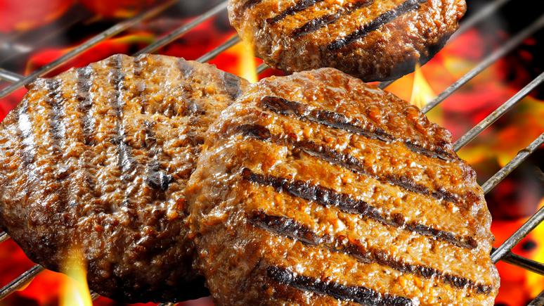 Американские эксперты предупреждают: неправильно приготовленный бургер может вас убить