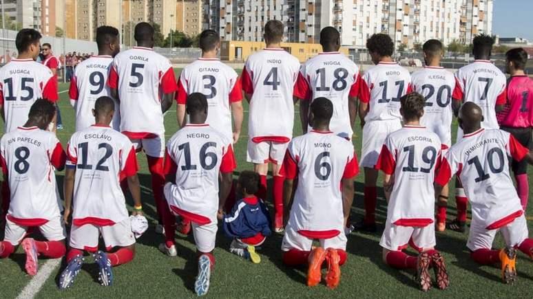 El País: испанская любительская команда по футболу закрыла сезон протестом против расизма