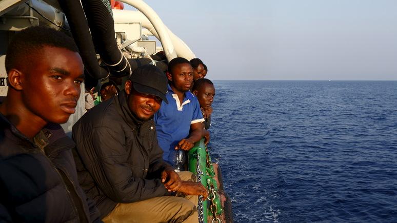 Euronews: корабль с беженцами причалил в итальянском порту вопреки запрету властей