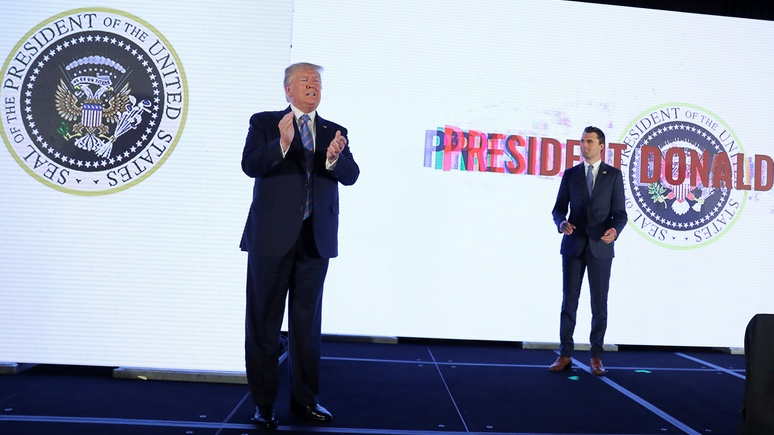 WP: в Белом доме гадают, кто украсил президентский герб двуглавым орлом