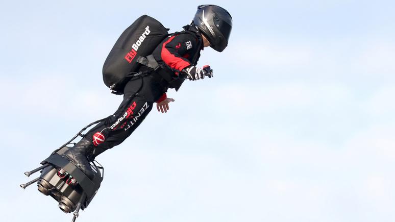 BFM TV: французский изобретатель впервые перелетел через Ла-Манш на реактивной «летающей доске»