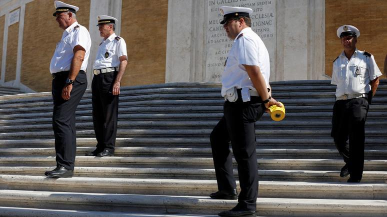 20 minutes: власти Рима запретили туристам сидеть на Испанской лестнице