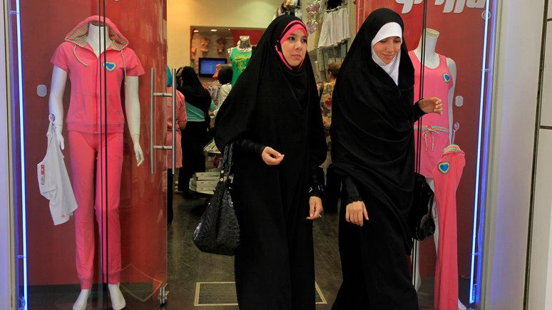 Le Parisien: французского сенатора обвинили в расизме за сравнение женщин в хиджабах с «хэллоуинскими ведьмами»