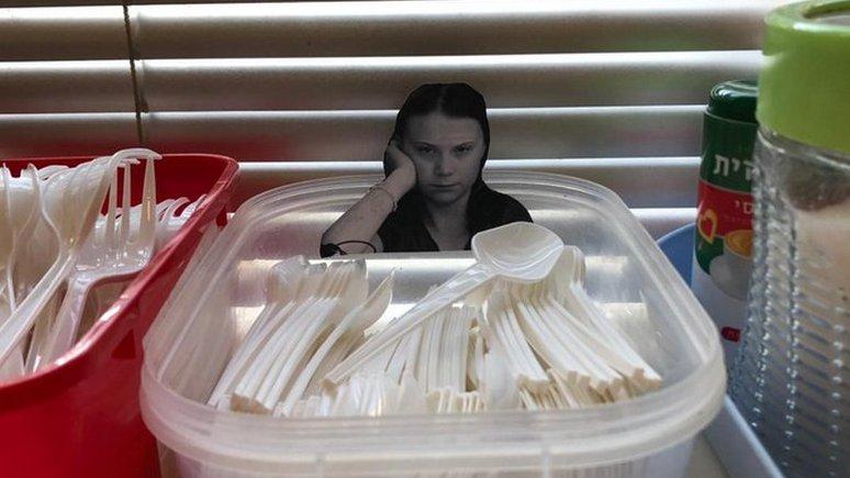 Independent: с помощью фото Греты Тунберг офисных работников отучивают использовать одноразовые стаканчики