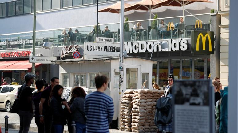 Guardian: месиво из общепита и сувенирных лавок — в Берлине задумались над реконструкцией «Чекпойнт Чарли»