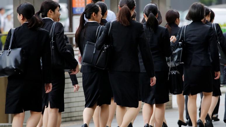 Neue Zürcher Zeitung: японки возмущены требованием работодателей сменить очки на линзы
