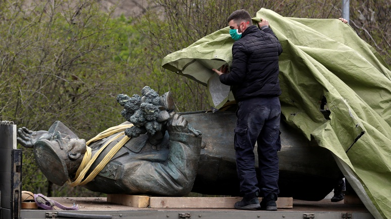 Expats.cz: в Праге снесли памятник советскому маршалу — стоял без маски