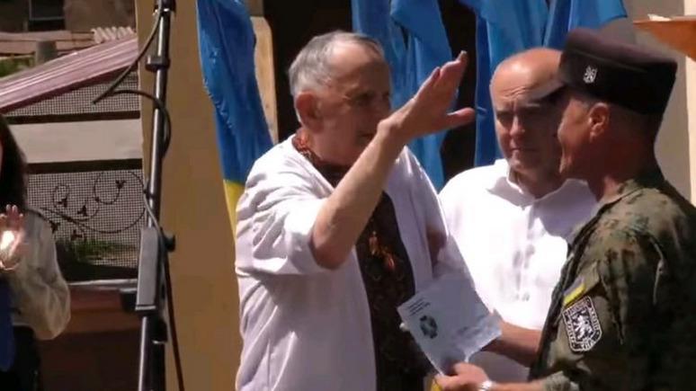 СТРАНА: украинский ветеран дивизии СС вскинул руку в нацистском приветствии во время награждения