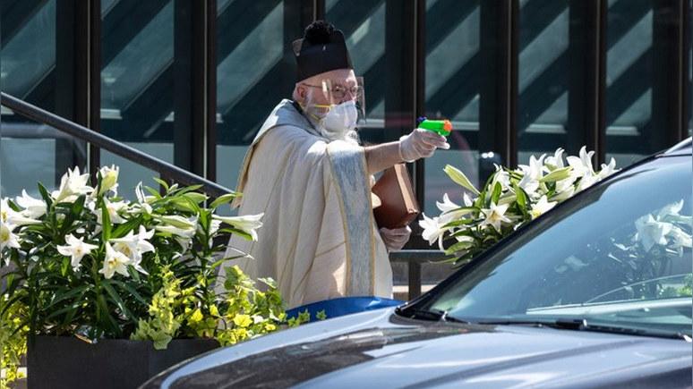 Today: добрым словом и пистолетом — американский священник нашёл необычный способ благословлять прихожан