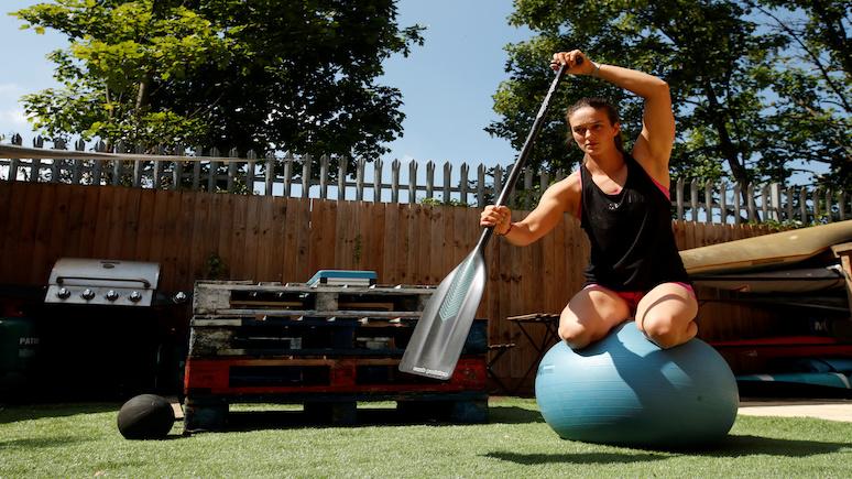 NYT: от прыжков на маты до гребли в воздухе — спортсмены по всему миру нашли творческие способы поддержания формы