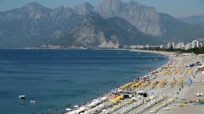 Hürriyet: популярный пляж в Анталии откроется с беспрецедентными мерами социального дистанцирования