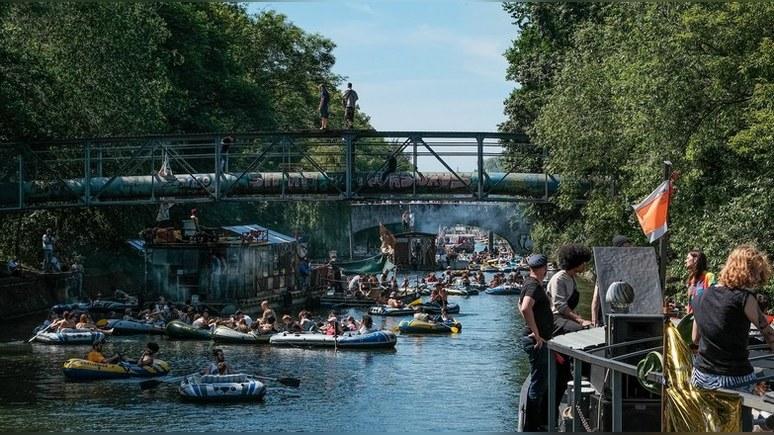 Local: берлинское «восстание мечтателей» на резиновых лодках закончилось вечеринкой без социального дистанцирования