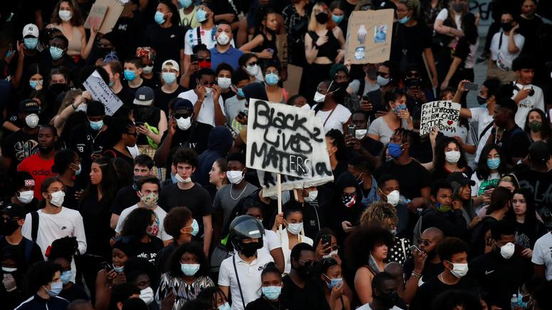 Le Monde: 20 тысяч человек вышли на демонстрацию против полицейского произвола в Париже
