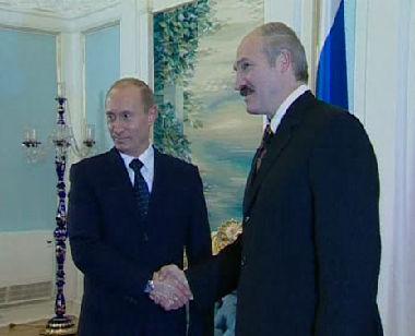 بوتين يصافح لوكاشينكو
