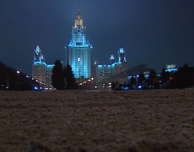 فرحة اهل موسكو بسقوط الثلج