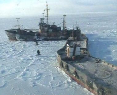 انقاذ 14 بحارا علقت سفنهم في بحر متجمد