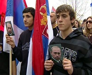 المتظاهرون في ميتروفيتسا يرفعون الأعلام الروسية وصور الرئيس بوتين