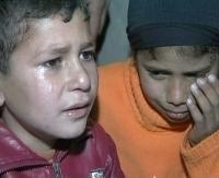 اطفال فلسطينيون يبكون الرضيعة التي قضت في القصف الاسرائيلي