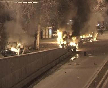 المتظاهرون احرقوا عددا من السيارات وحطموا بعض واجهات المحال التجارية