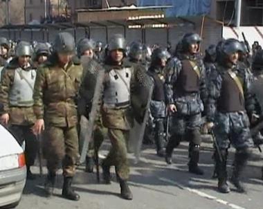 عناصر الأمن تنتشر في يريفان لفرض حالة الطوارئ