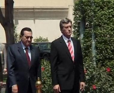 الرئيس المصري حسني مبارك في استقبال فكتور يوشينكو