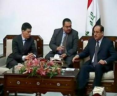 رئيس الوزراء العراقي نوري المالكي مع وزير الخارجية البريطاني ديفيد ميليبند