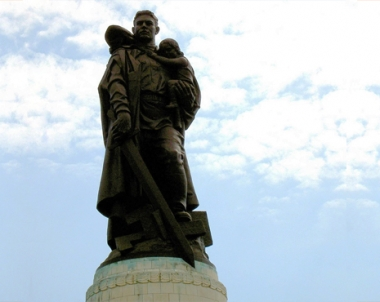 نصب لجندي سوفيتي محرر في برلين
