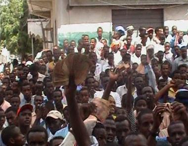 الرئيس السنغالي يدعو لإلغاء الفاو واحتجاجات تهز مقديشو
