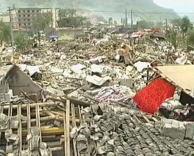أطباء روس يساعدون منكوبي زلزال الصين