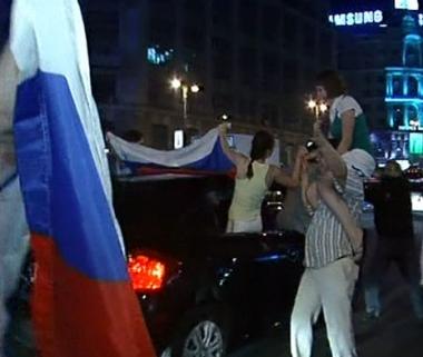 الإحتفالات تعم الشوارع الروسية بفوز منتخبها ومدفيديف يهنيء